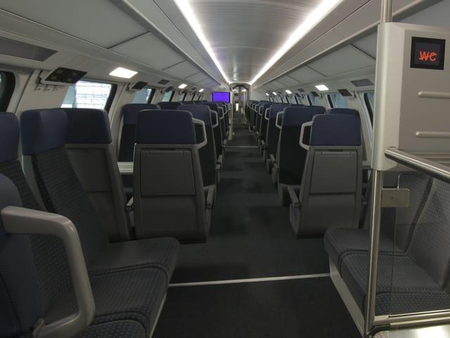 Gang und Sitze in der zweiten Klasse im neuen Doppelstockzug der SBB.
