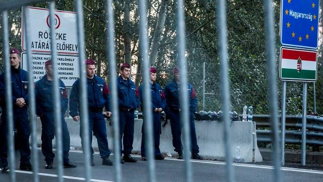 Zwischen Horgos und Röszke sind Polizisten positioniert, um die Grenze zu sichern.