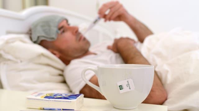 Ein kranker Mann liegt im Bett