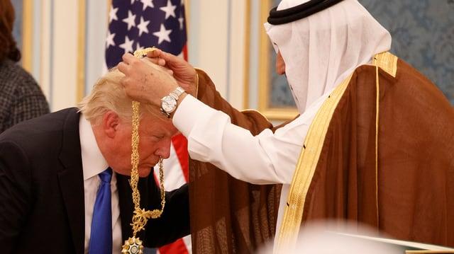 Donald Trump survegn ina chadaina d'aur dal retg Salman da l'Arabia Saudita.