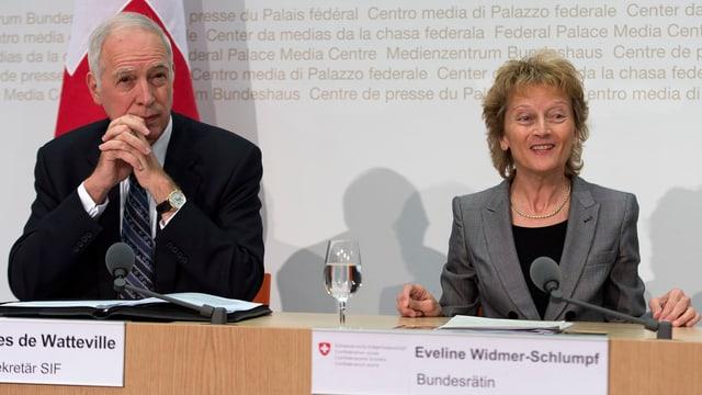 Eveline Widmer-Schlumpf und Jacques de Watteville an einer Pressekonferenz