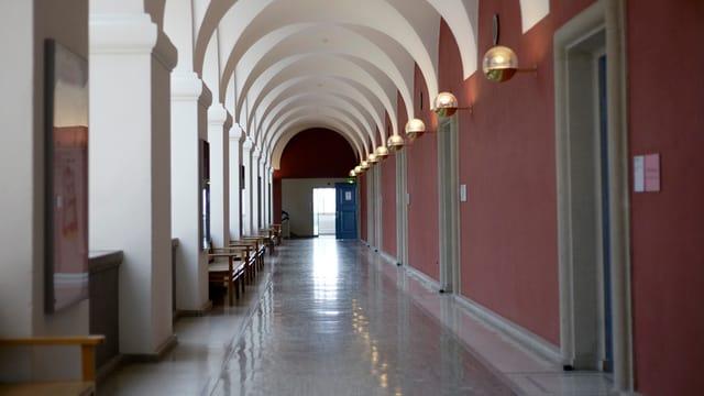Ein leerer Gang an der Uni Zürich.