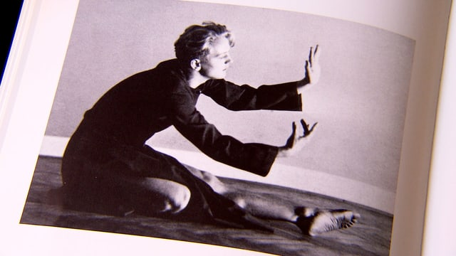 Tänzer und Choreograph Sigurd Leeder tanzt.