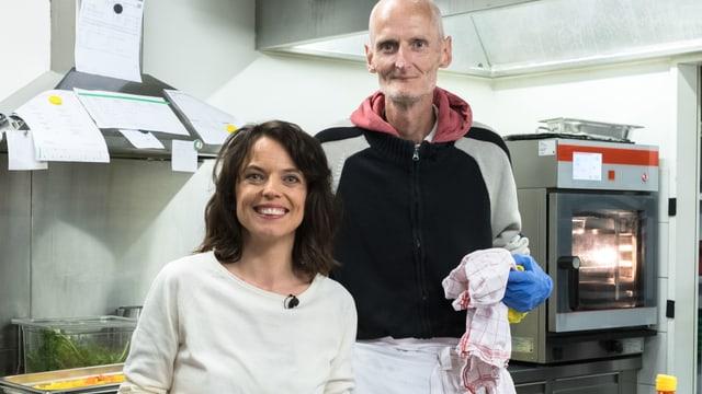 Mona Vetsch mit Andi, einem langjährigen Besucher der Gassenküche Luzern