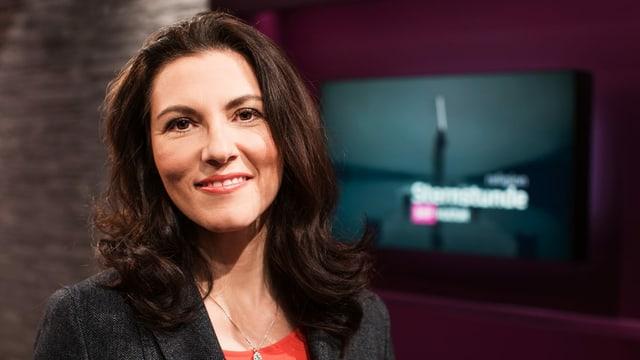 eine Frau posiert in einem Fernsehstudio