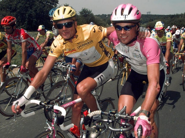 Jan Ullrich umarmt seinen Teamkollegen Bjarne Riis