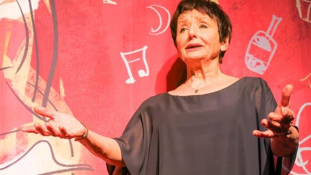 Colette Greder vor einem roten Vorhang