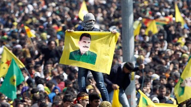 Zehntausende Kurden verfolgen in Diyanbakir, wie Öcalans Erklärung verlesen wird.