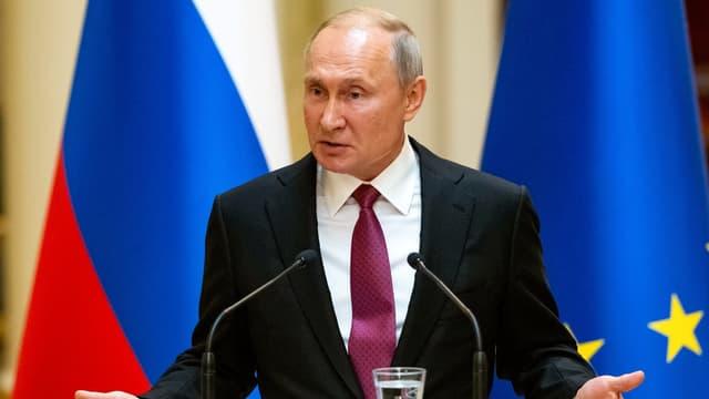 Russischer Präsident Vladimir Putin am Rednerpult.