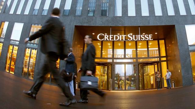 Geschäftsmänner gehen am Eingang der Credit Suisse in Zürich vorbei.