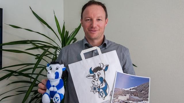 Il president da la UCP, Edgar Durschei, cun ils novs products lantschads.