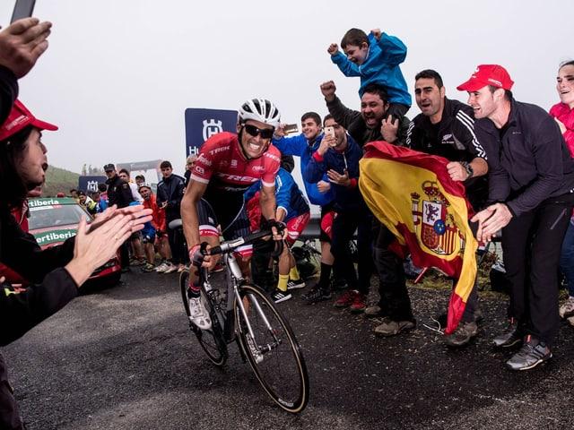 Alberto Contador beisst sich hoch nach Los Machucos.