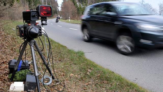 Radargerät der Polizei steht am Strassenrand