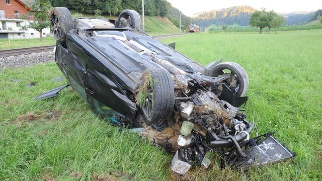 zerstörtes Auto bei einer Bahnlinie