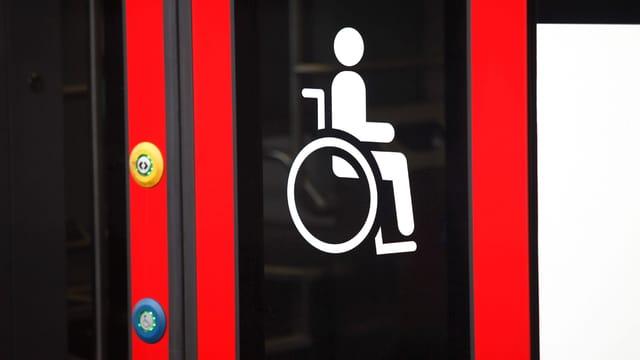 Rollstuhl-Symbol auf Bus-Türe.