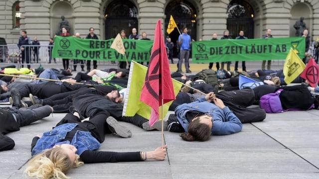 Liegende Demonstranten