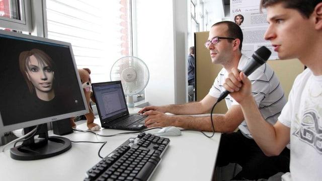 Zwei Studenten sitzen vor dem Computer