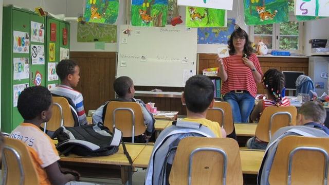 Kinder von Asylbewerbern in Klassenunterricht