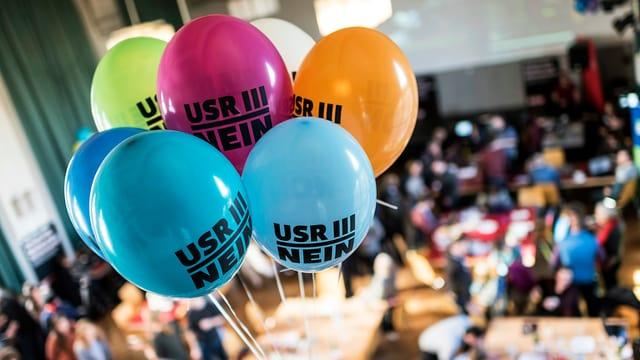 Gegner der USR-III-Vorlage feiern den Abstimmungserfolg mit bunten Luftballons