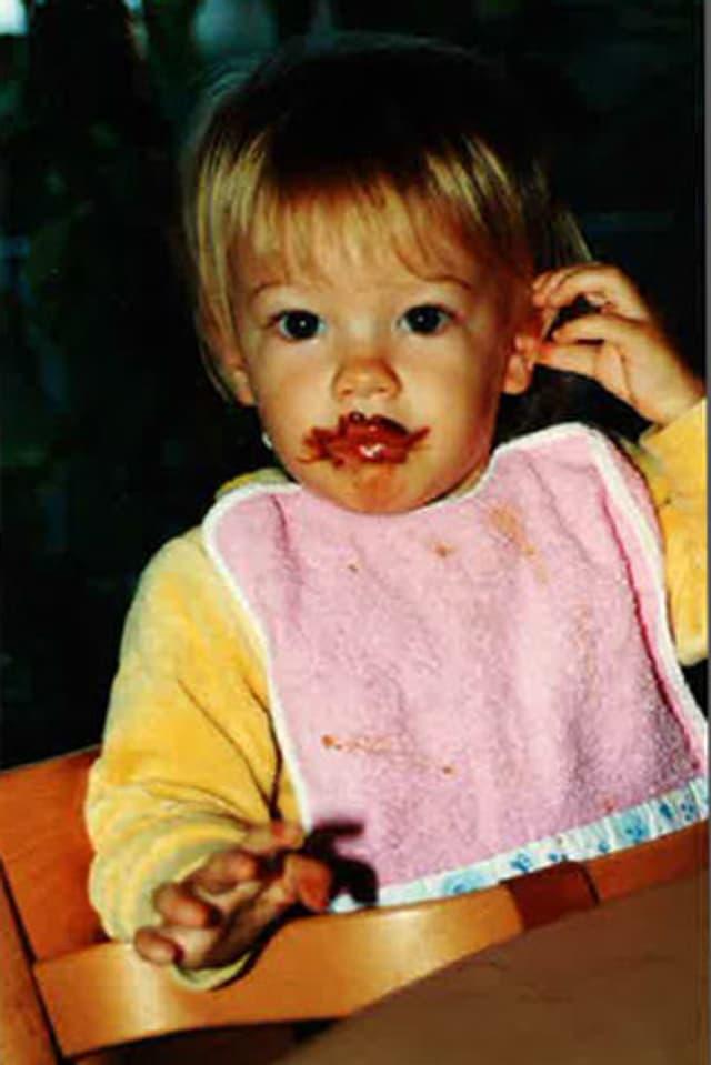 Tina Nägeli als Kleinkind beim Schokoladenverzehr.