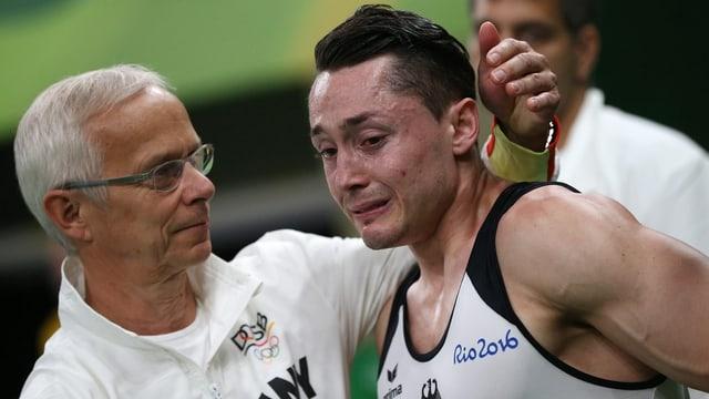 Andreas Toba weint mit Betreuern