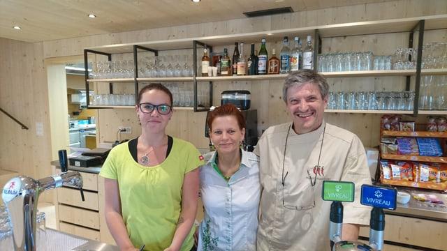 Il gestiunari Ruedi Wanninger cun Ramona Hanke (mez) ed Anna Bosshard (san.).