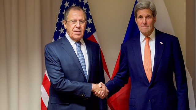 Sergei Lawrow e John Kerry dattan il maun in a l'auter.