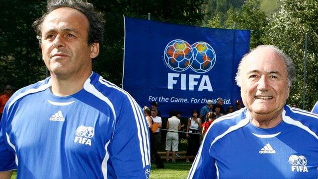 Il president da la FIFA Sepp Blatter (dretg) ensemen cun il president da l'UEFA Michel Platini ad in gieu da ballape.