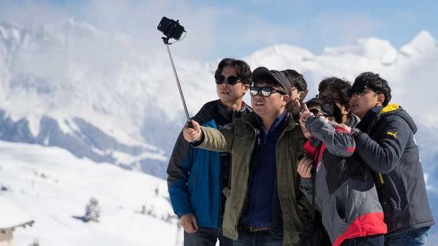 Eine Gruppe macht ein Selfie.