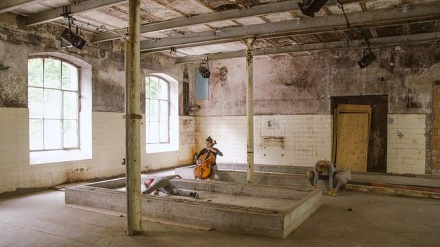ehemalige Holzstofffabrik Rondchâtel mit Cellistin und Tänzerinnen
