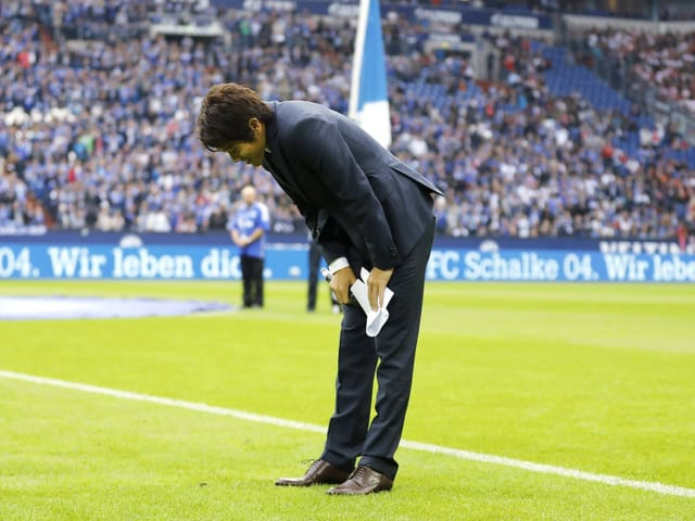 Atsuto Uchida wird von den Schalker Fans verabschiedet.