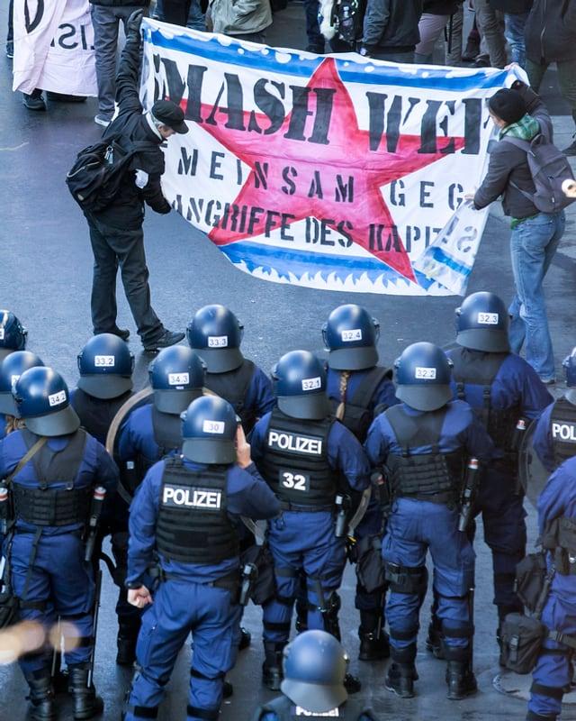 Policists e demonstrants durant la demonstraziun anti-WEF «Wipe Out WEF».