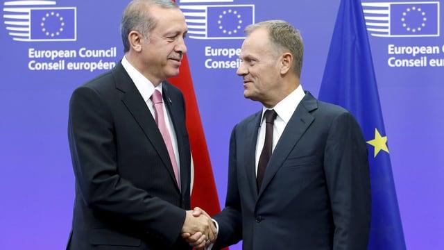 Der türkische Präsident Erdogan und EU-Ratspräsident Donald Tusk schütteln sich in Brüssel nach de, Flüchtlingsgipfel die Hand. (reuters)