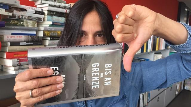 Annette König hält Dave Eggers neuen Roman «Bis an die Grenze» mit Daumen nach unten in den Händen
