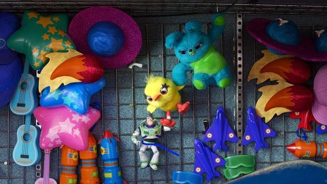 Animierte Spielzeug Figuren an einer Wand.