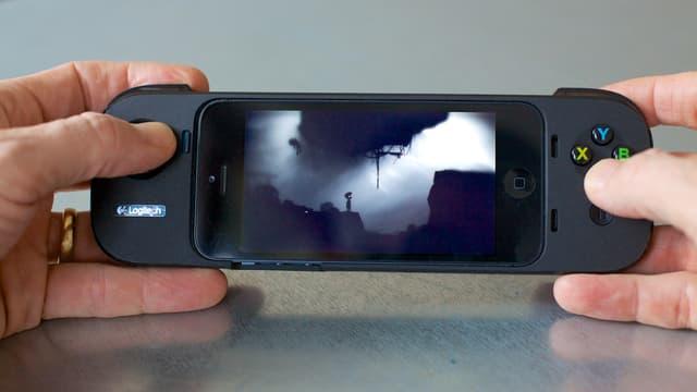Ein iPhone steckt in der COntroller-Hülle