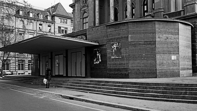 Der Stein des Anstosses der Bewegten: Verbarrikadierter Eingang vor dem Opernhaus
