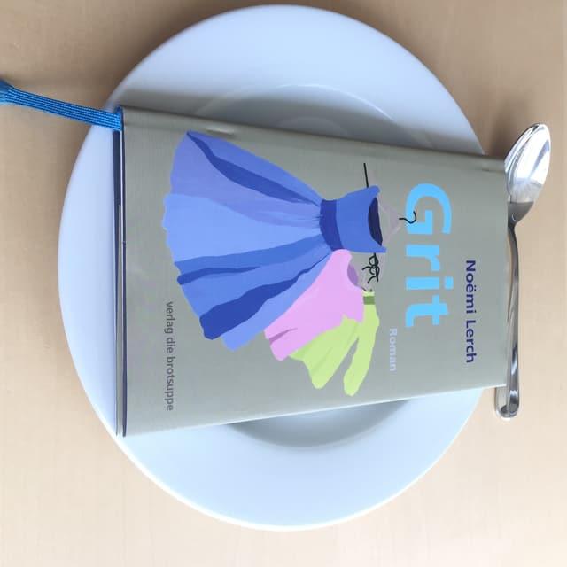 Roman auf Teller mit Dessertlöffel
