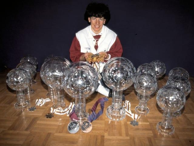 Vreni Schneider zeigt nach ihrem Karriere-Ende stolz ihre Medaillen und Kristallkugeln.