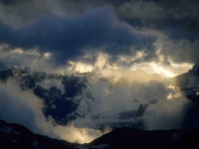 Ein Bild von Wolken über den Alpen von Jean Odermatt.