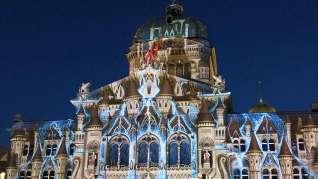 Fassade des Bundeshauses, in braunes und blaues Licht getaucht.