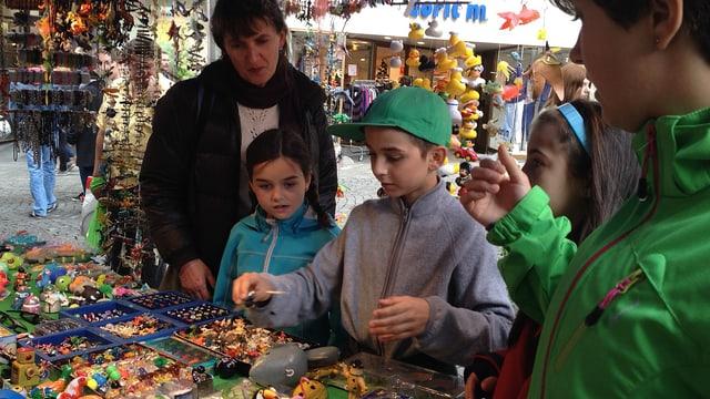 Besucher studieren Auslage an einem Marktstand