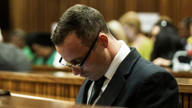 Pistorius sitzt vornübergebeugt auf der Anklagebank.