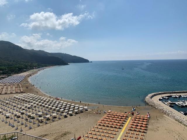 Blick aufs Meer, Sonnenstühle am Strand
