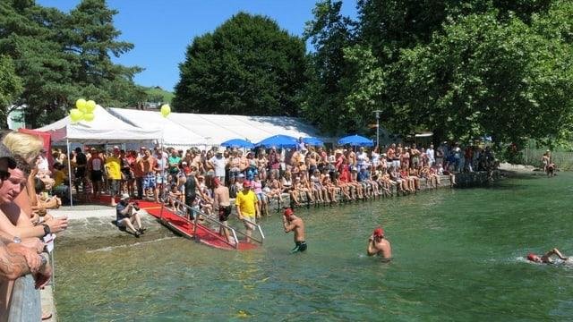 Schwimmer steigen aus dem See.