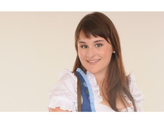 Sandra Ledermann im feschen blauen Dirndl mit weissem Kragen und Puffärmel.