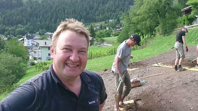 Urs Durrer e ses gidanters sin il champ da safran.