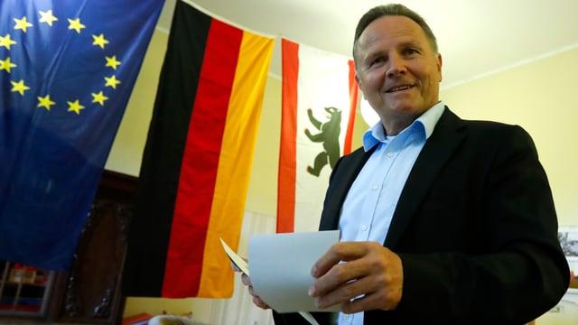 Georg Pazderski mit Wahlzetteln