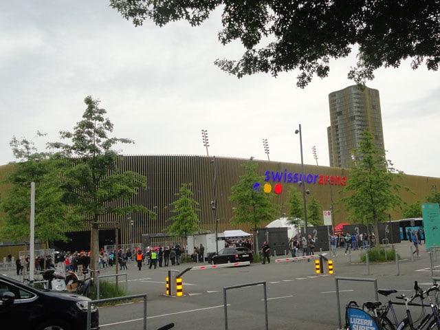 Arena mit einem Hochhaus im Hintergrund.