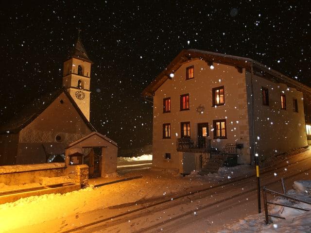 Es ist Nacht im Münstertal. Den Schnee sieht man dank der Strassenbeleuchtung.